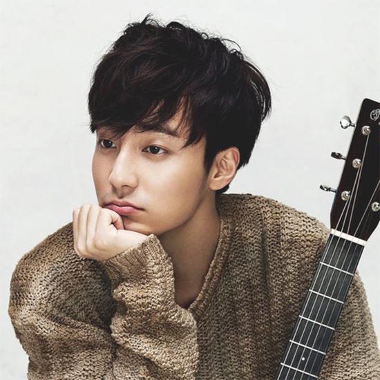 Ca sĩ Roy Kim.