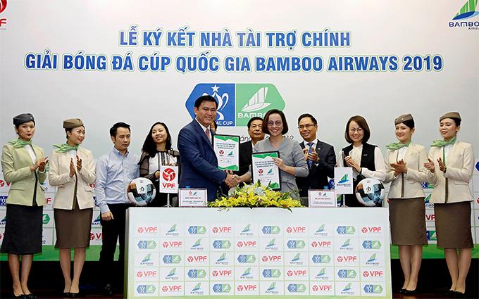Đại diện của VPF và Hãng hàng không Bamboo Airways bắt tay sau khi ký kết hợp đồng tài trợ Cup quốc gia 2019.