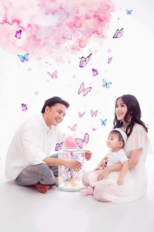 Gia đình nhỏ của Tú Vi - Văn Anh chụp ảnh kỷ niệm nhân dịp con gái tròn 1 tuổi.