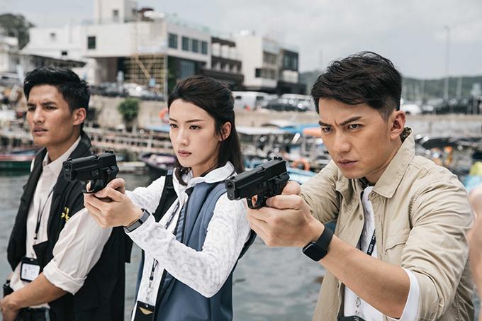 Viên Vỹ Hào (phải) và Thái Tư Bối (giữa) vào vai cảnh sát.