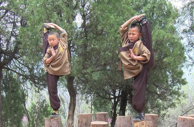 Đứng thăng bằng một chân là bài tập bắt buộc hàng ngày của các đồ đệ nhí ở Thiếu Lâm Tự. Ảnh cắt từ video.