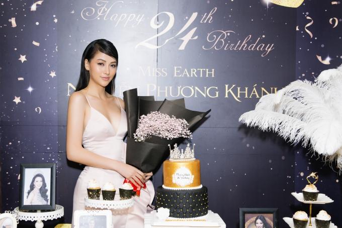 Phương Khánh hạnh phúc trước các món quà do người thân, bạn bè chuẩn bị. Người đẹptừng đoạt ngôi vị Á hậu 2 cuộc thi Hoa hậu Biển Việt Nam Toàn cầu 2018, sau đó chiến thắng dự án Ngôi sao danh vọng và trở thành đại diện Việt Nam thi Miss Earth 2018.