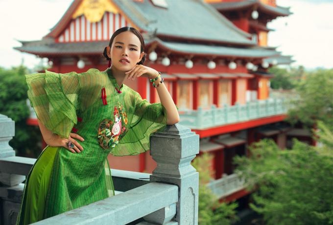 Tuyết Lan vẫn hoạt động nghệ thuật sau khi kết hôn. Nữ người mẫu vừa được mời thể hiện sưu tập áo dài Tình tangcủa nhà thiết kế Thủy Nguyễn.