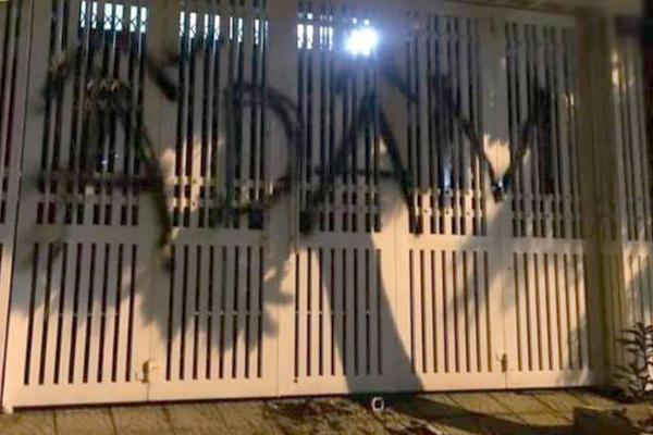 Dòng chữ vẽ lên cổng nhà ông Linh xuất hiện từ sáng sớm ngày 5/4.