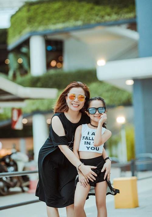 Bé Minh Anh và mẹ.