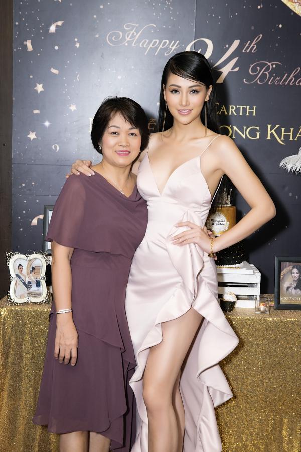 Mẹ của Phương Khánh cũng có mặt chúc mừng con gái đón tuổi mới.