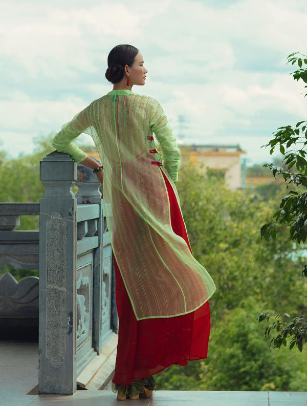 Cô tạo dáng diễn xuất trong khung cảnh yên tĩnh của Tu viện Khánh An, quận 12 TP HCM.