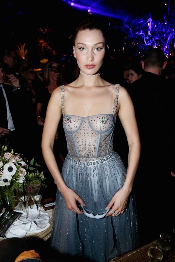 Nàng mẫu hot Bella Hadid từng gây sốc tại bữa tiệc do thương hiệu Christian Dior tổ chức vì diện bộ đầm với phần thân trên trong suốt.