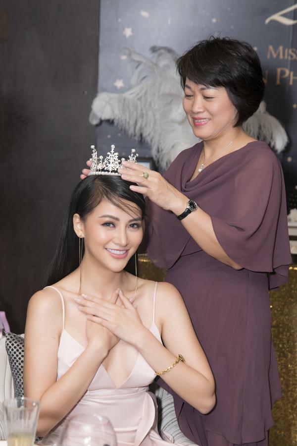 Tại buổi tiệc, mẹ Phương Khánh trao vương miện chúc con gái nhiều điều tốt đẹp tuổi mới.