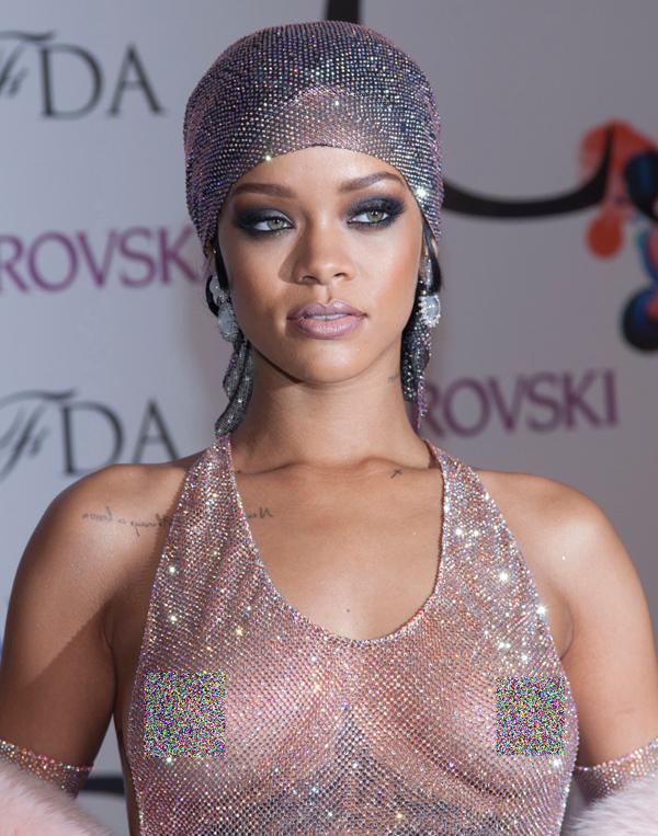 Danh sách sao Hollywood táo bạo nhất trong việc lựa chọn trang phục không thể thiếu Rihanna. Giọng ca nổi tiếng từng trở thành tâm điểm bàn luận trên thảm đỏ CFDA Fashion Awards 2014 với thiết kế lưới đánh cá không có tác dụng che chắn da thịt.