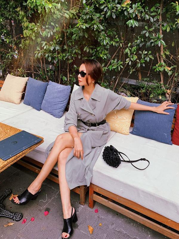 Sau cơn sốt trang phục da động vật hoang dã, các người đẹp Việt trở lại với màu đơn sắc với phong cách thanh lịch và trang nhã. Thanh Hằng sexycùng mốt váy măng tô, phụ kiệntiệp sắc đen để tạo điểm nhấn cho tổng thể.