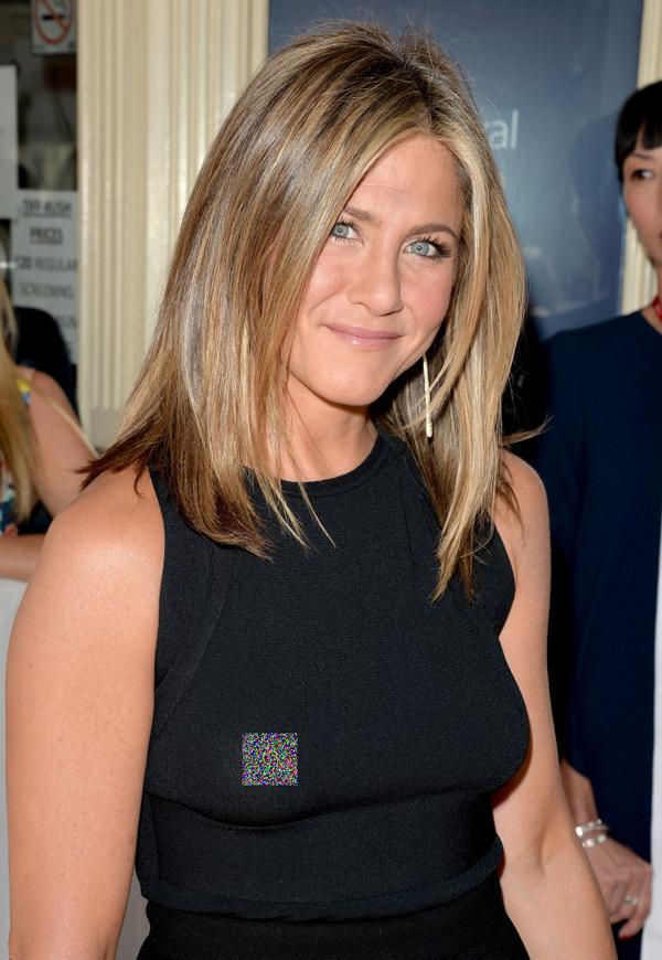 Chất liệu chiếc áo của Jennifer Aniston dày dặn hơn nhưng việc thả rông cũng khiến cô mất điểm và bị lộ phom ngực kém hấp dẫn.