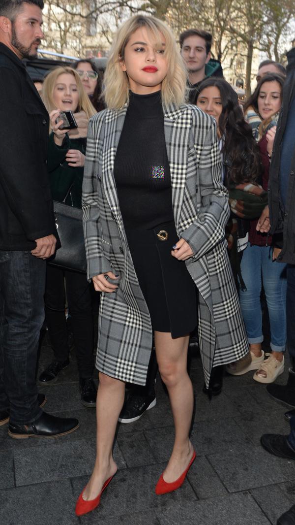 Selena Gomez mắc lỗi tương tự khi xuất hiện trên đường phố London hồi tháng 12/2017.