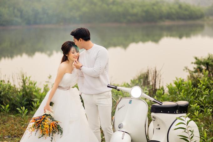 Không gin sông nước và cảnh qun thiên nhiên xnh mát mắt giúp cho uyên ương có những tấm ảnh lãng mạn.