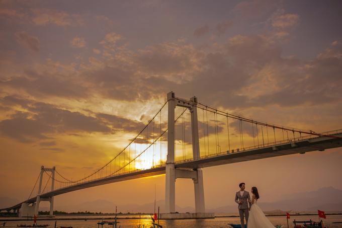 4. Chân cầu Thuận PhướcCầu Thuận Phước được ghi nhận là cầu treo dây võng dài nhất Việt Nm. Nhìn từ mọi góc độ, cây cầu mng dáng vẻ hiện đại, biểu thị cho nhịp sống năng động củ Đà Nẵng.