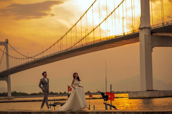 Những bức hình chụp dưới chân cầu Thuận Phướcgiống như được thực hiện ởnước ngoài. Trong bối cảnh chiều hoàng hôn dần buông, uyên ương dễ dàng có được tấm hình cưới pha nét lãng mạn, mộng ảo.