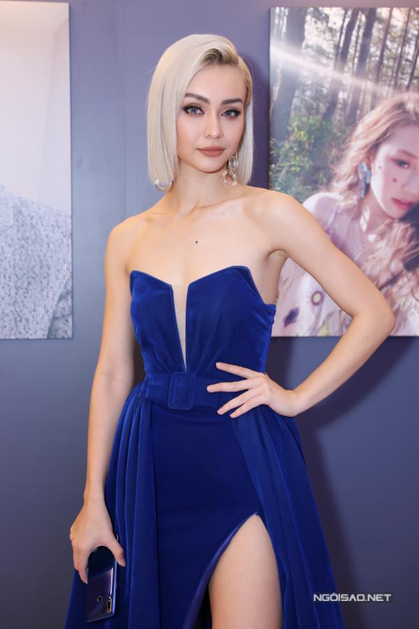MLee khoe vẻ gợi cảm với váy nhung xanh cúp ngực, xẻ vạt cao.