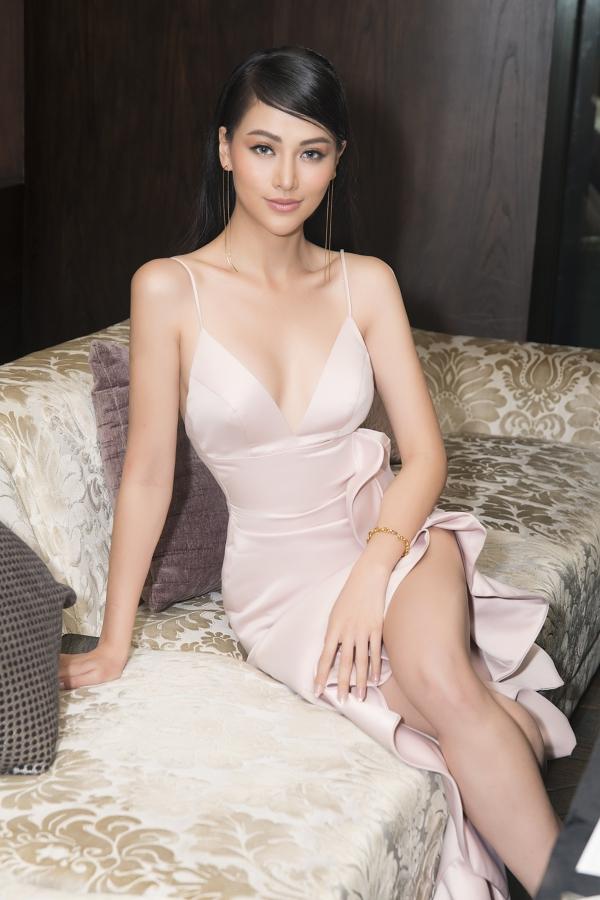 Phương Khánh mặc váy hai gây, khoe vòng một gợi cảm trong buổi tiệc mừng sinh nhật tuổi 24, vào tối 4/4 tại TP HCM.