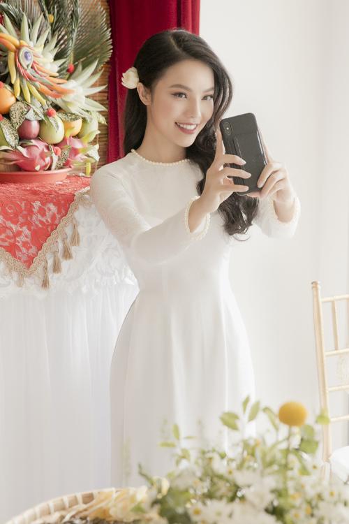 Trong dịp hỷ sự, cô dâu Nguyễn Linh chọn lối trng điểm theo phong cách Hàn Quốc, tôn vinh nét trong trẻo và uốn tóc xoăn buông lệch một bên.