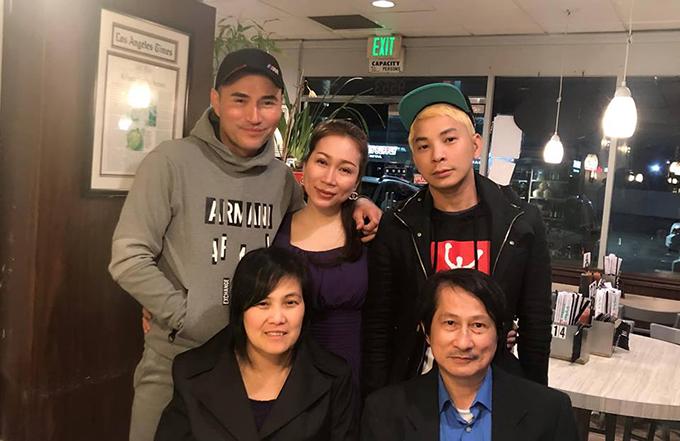 Leon Vũ và Andy Thái (bìa phải) gặp anh chị tư của nghệ sĩ Anh Vũ tại California (Mỹ) tối 3/4.