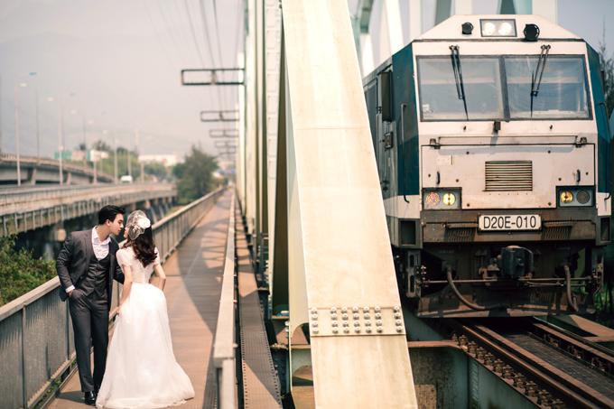 1. Nhà g Kim LiênPhong cách cổ điển những năm 1975 đượctái hiện trong những tấm hình cưới. Nhà g cổ kính, có những đoàn tàu hỏ nhuốm chút màu thời gin sẽ tạo nên chất riêng cho bộ hình.