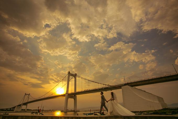 Đây là đị điểm ở Đà Nẵng hội tụ nắng, gió, dòng sông phẳng lặng chảy trôi khiến mỗi khung hình củ uyên ương trở nên tình hơn. Do vậy, bạn có thể tìm đến đây để lưu giữ những khoảng khắc hạnh phúc củ đời mình.