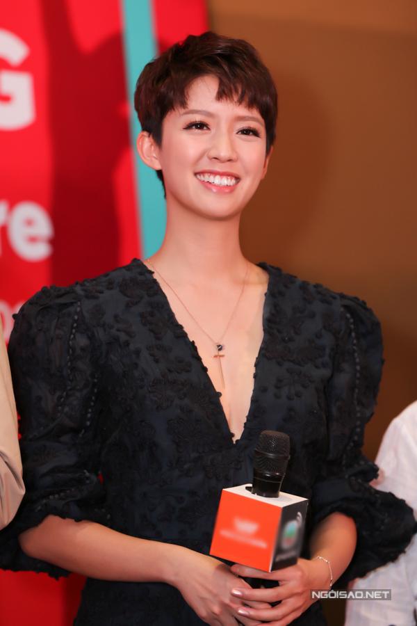 Cô được yêu mến bởi phong cách gần gũi. Sau sự kiện họp báo, nhiều fan TVB tại Việt Nam đã chia sẻ hình ảnh chụp cùng Thái Tư Bối, hết lời khen người đẹp TVB đáng yêu. Trong hai ngày 5-6/4, hai diễn viên sẽ có hai buổi giao lưu cùng fan Việt trước khi trở về Hong Kong.
