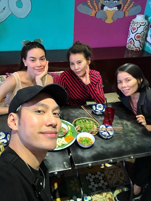 Hồ Ngọc Hà tụ tập ăn uống cùng mẹ và NTK Lý Quí Khánh.