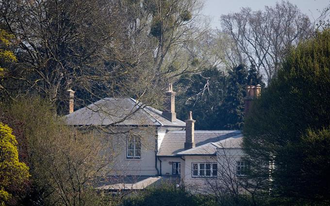 Cả hai chi tới 3 triệu bảng Anh để cải tạo lại Frogmore Cottage và chi thêm 50.000 bảng Anh cho thiết bị cách âm để ngăn những tiếng ồn của máy bay từ sân bay Heathrow gần đó.