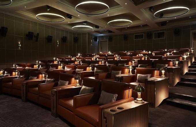 Khách sạn 5 sao này còn có phòng chiếu phim riêng với ghế da sang trọng dành cho khán giả.