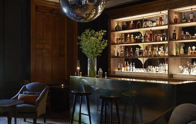 Quầy bar cao cấp đựng các loại rượu và cocktail hảo hạng.