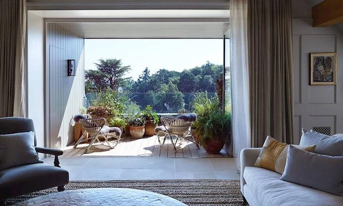 Căn phòng của vợ chồng Meghan có hai ban công. Những vị khách nổi tiếng gần dây của căn phòng bao gồm Liv Tyler, Cara và Poppy Delevingne.