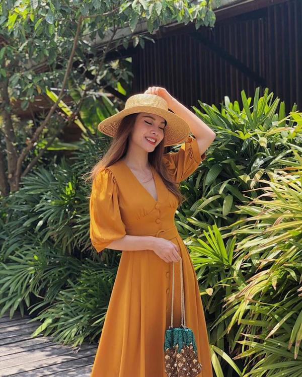 Yến Trang nhẹ nhàng cùng mốt váy cổ điển, mũ rộng vành và túi xách tay trên chất liệu thân thiện môi trường được người đẹp sử dụng khi xuống phố.