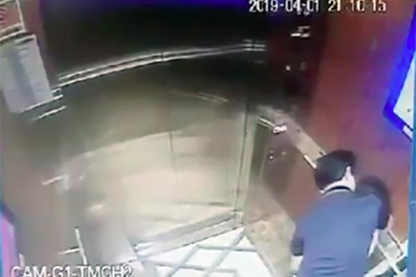 Người có hành vi sàm sỡ bé gái trong thang máy được xác định là ông Nguyễn Hữu Linh - nguyên Viện phó Viện kiểm sát nhân dân thành phố Đà Nẵng. Ảnh chụp từ Camera an ninh.