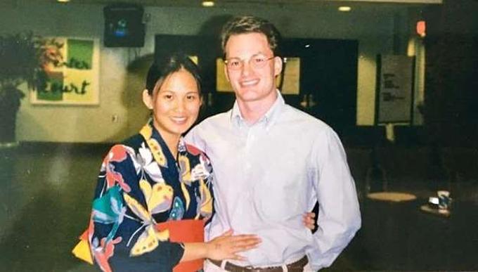 Doanh nhânKevin Gilmore (chồng cũ Hồng Nhung) và vợ mới ngườiMyanmar từng là tình cũ của nhau. Hai người từng quen nhau 20 năm trước, cả hai sau đó có gia đình riêng nhưng sau đó lại ly hôn và mới làm đám cưới cách đây không lâu.