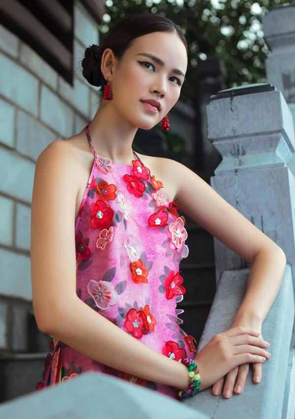 Thiết kế cổ yếm, đính hoa nổi gợi nhớ hình ảnh các thiếu nữ Việt Nam thời xưa.