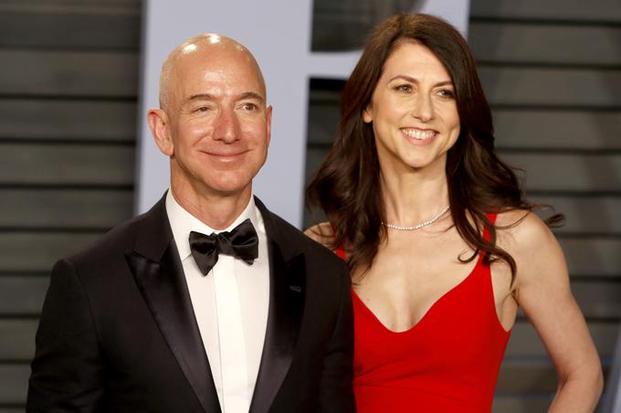 Sau khi được chồng chia tài sản, bà MacKenzie trở thành người phụ nữ giàu thứ 3 thế giới và cổ đông lớn thứ ba của Amazon. Ảnh: AP.