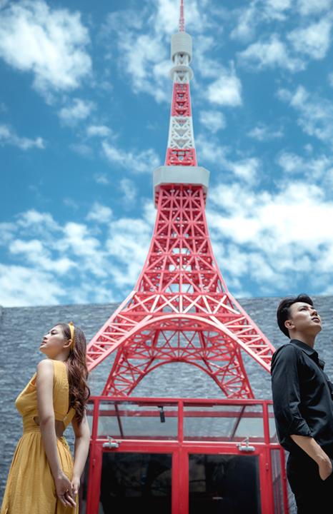Đằng sau cánh cổng là một tòa tháp được sơn phủ sắc đỏ rực rỡ, mang đến nét hoa lệ, lãng mạn cho tấm hình.
