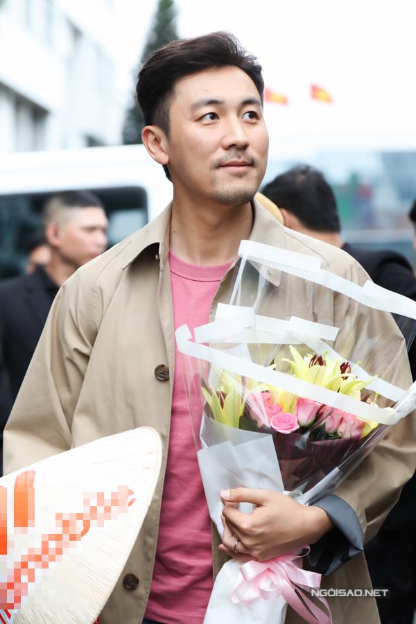 Đàm Tuấn Ngạn bảo sẽ mua nón lá về làm kỷ niệm vì anh rất thích món đồ truyền thống này của Việt Nam. Anh kể, fanclub Việt Nam còn chuẩn bị quà cho con gái và con trai của anh khiến anh rất cảm động.