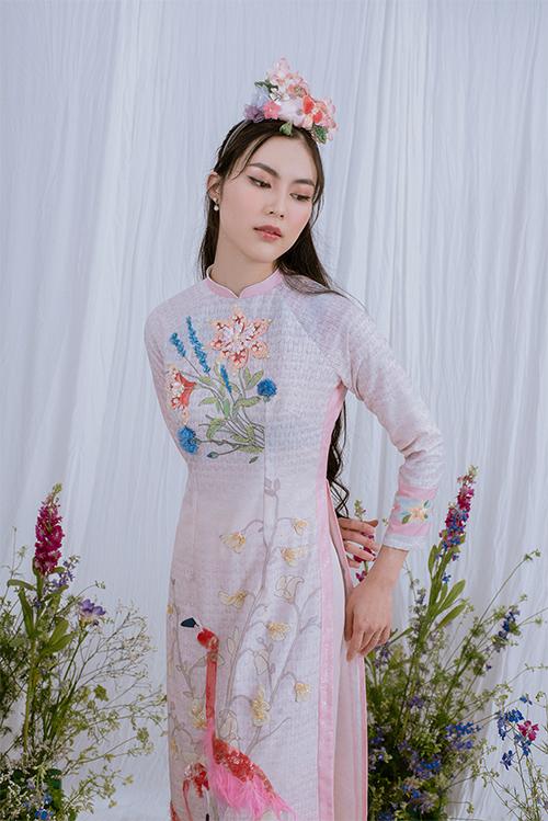 Sắc hồng pstel ngọt ngào củ tà áo lụ giúp tô điểm thêm nét nữ tính, nền nã củ phái đẹp Việt.