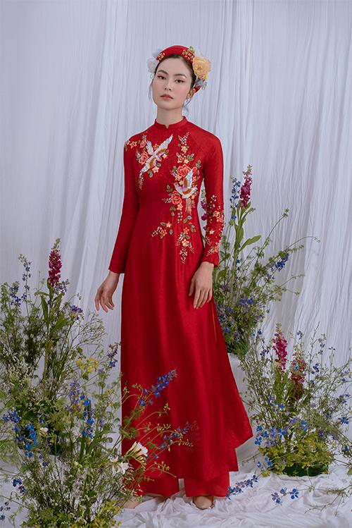 Áo dài đỏ lấy diễn tả vẻ đẹp củ cánh ho mù hạ cùng những cánh chim by liệng khiến cô dâu trở nên duyên dáng và đậm chất Á đông.