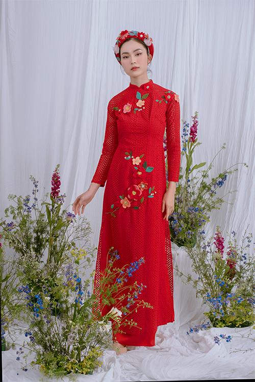 Chất liệu làm áo cộng thêm họ tiết honổi tạo nên vẻ đặc sắc riêng cho thiết kế này.
