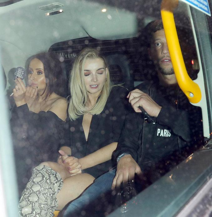 Ngôi sao 29 tuổi ngồi trong taxi với hai bóng hồng lạ mặt.