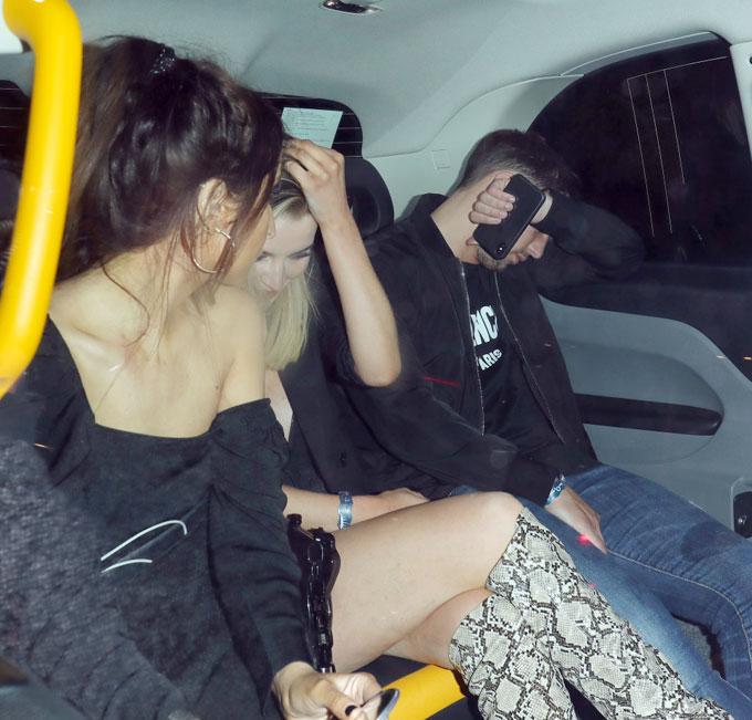 Sao Chelsea lấy tay che mặt khi paparazzi chụp ảnh.