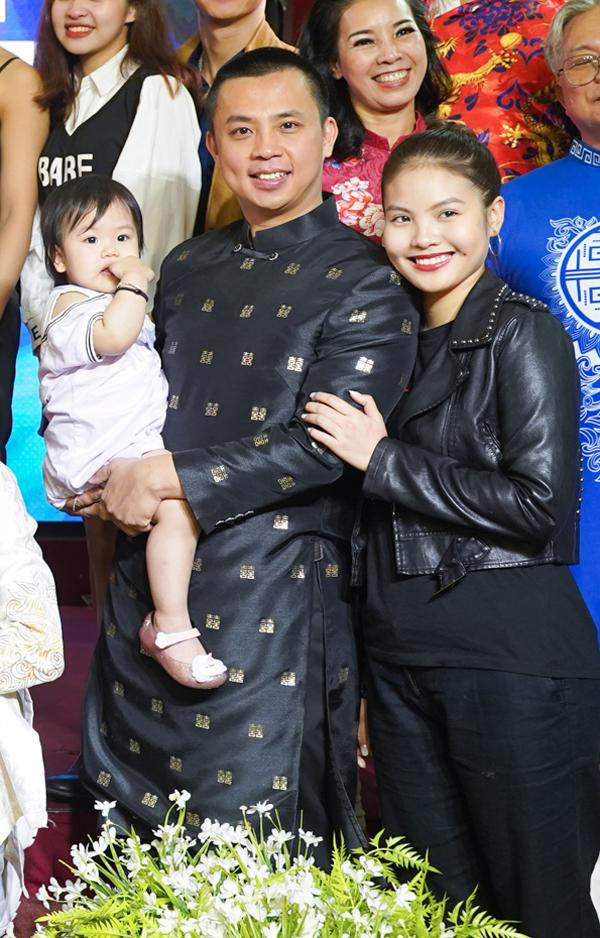Vợ chồng Chí Anh đưa con gái đầu lòng đến sự kiện. Cặp đôi kết hôn đã hơn hai năm và mới có thêm em bé.