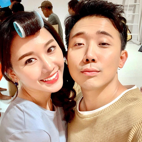 Hari Won tranh thủ pose hình cùng ông xã Trấn Thành khi đang make up chuẩn bị ghi hình.