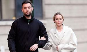 Jennifer Lawrence để mặt mộc dạo phố với chồng sắp cưới