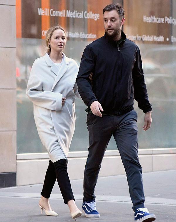 Jennifer Lawrence rất kín tiếng trong mối quan hệ mới và không tiết lộ khi nào sẽ tổ chức đám cưới với Cooke Maroney.
