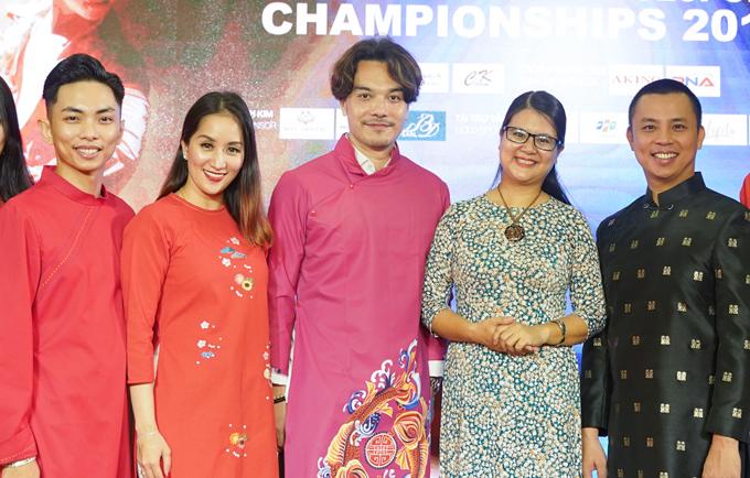 Vợ chồng Khánh Thi - Phan Hiền cùng Chí Anh chụp hình cùng các vị khách trong chương trình.