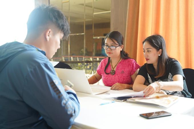 Trước đó vào buổi chiều 5/4, Khánh Thi tất bật đến địa điểm diễn ra giải đấu để kiểm tra danh sách thí sinh.